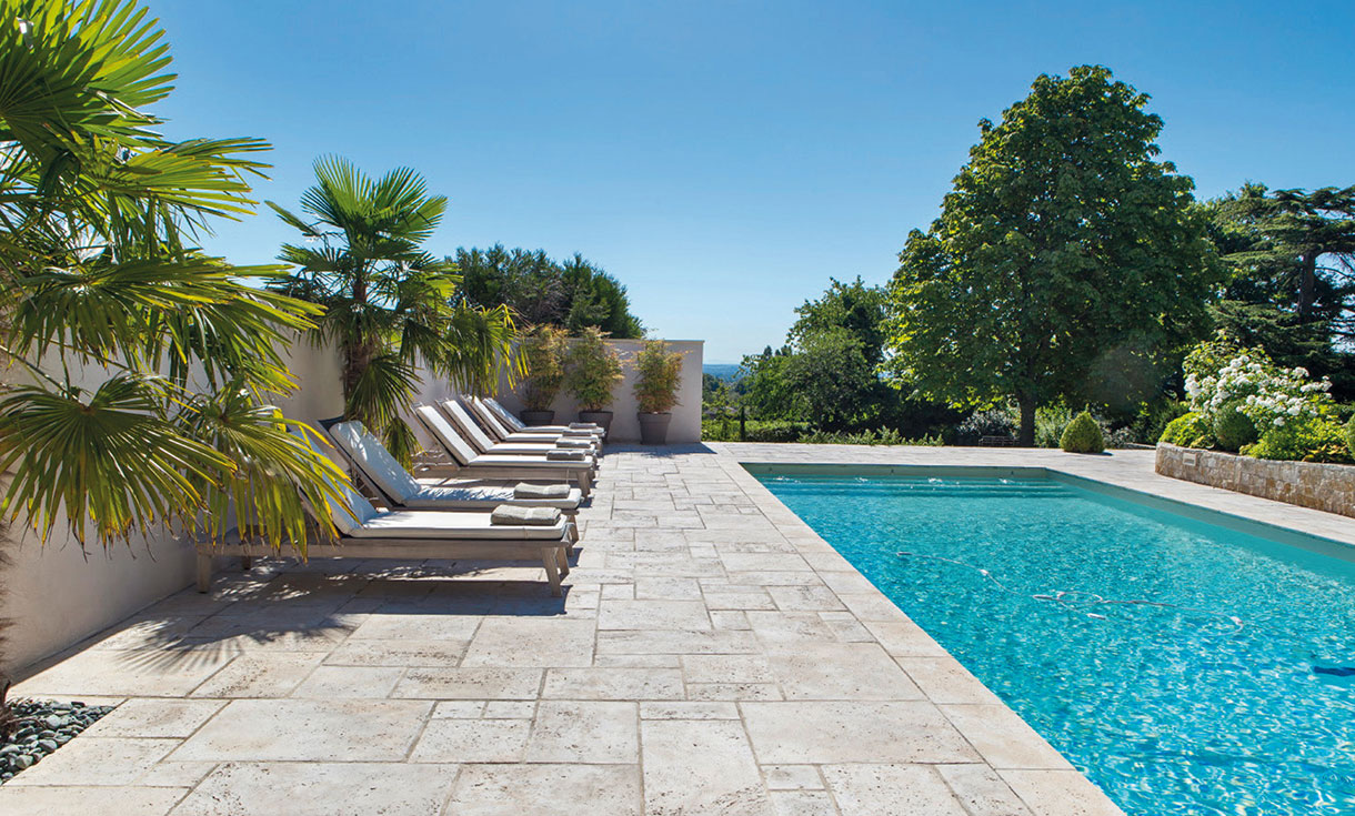 Les avantages du rev tement en carrelage pour une piscine - Revetement ideal pourtour de piscine ...